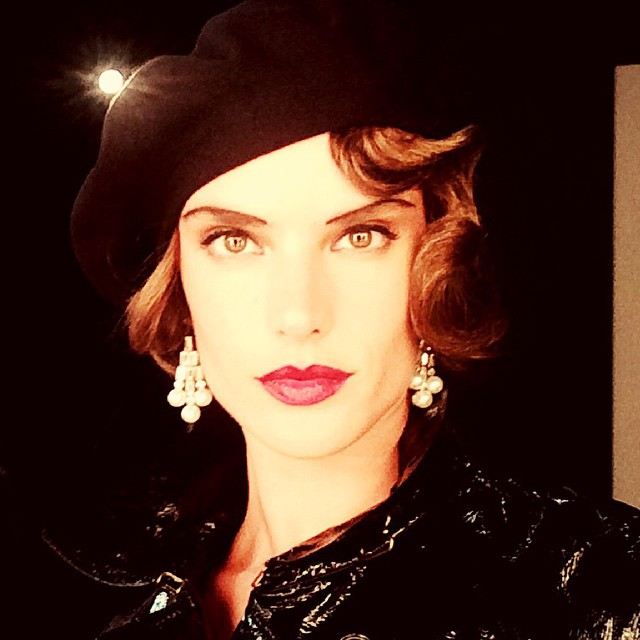 Alessandra Ambrosio shows off 1920s style