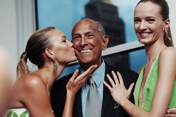 Image: Oscar de la Renta with Karlie Kloss and Daria Strokous. Courtesy of ODLR  Facebook.