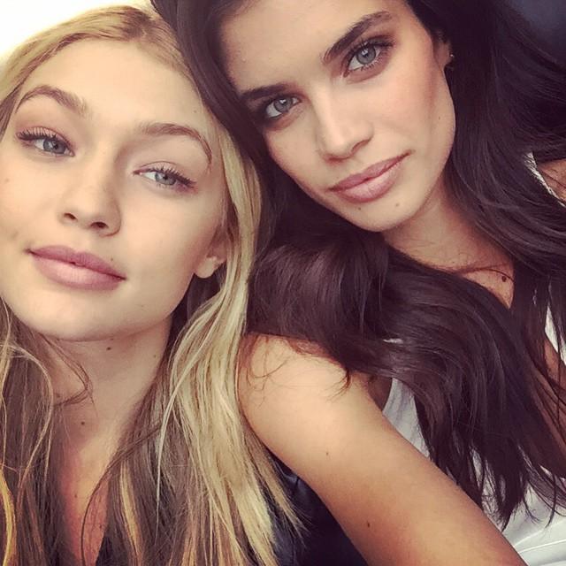 Gigi Hadid & Sara Sampaio take a selfie