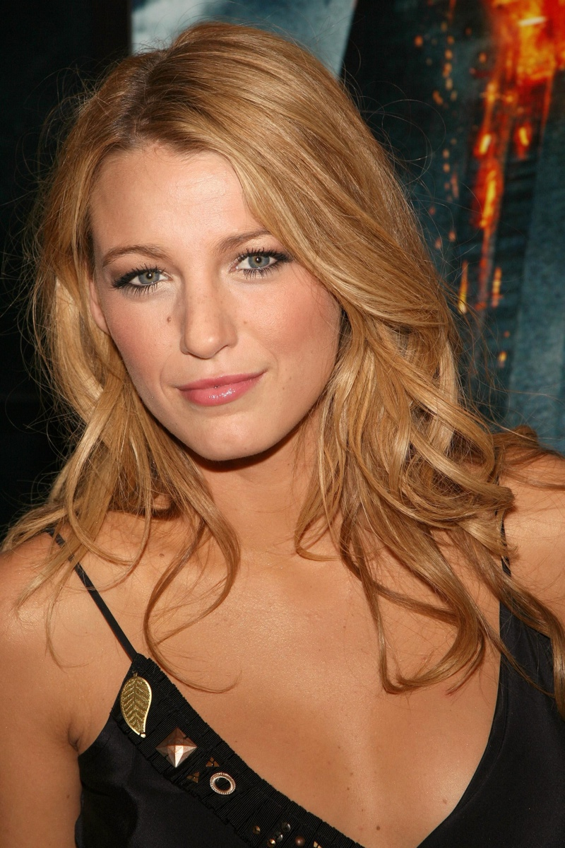Blake Lively wears a no makeup look with natural hues. Photo: Shutterstock.com