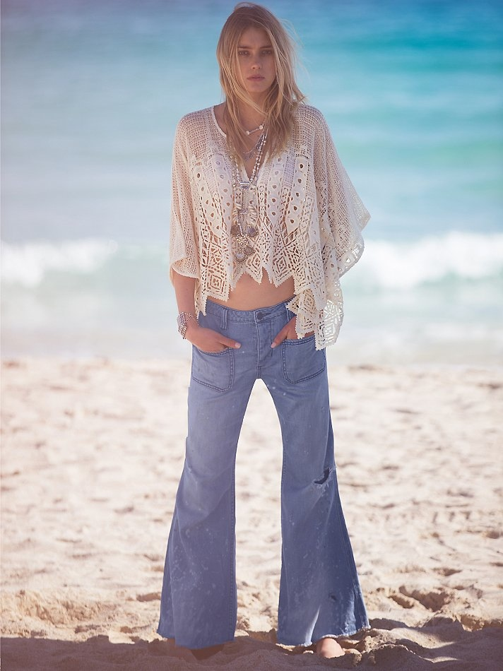 Sigrid wears 1970s, bohemian inspired looks in the photo shoot.