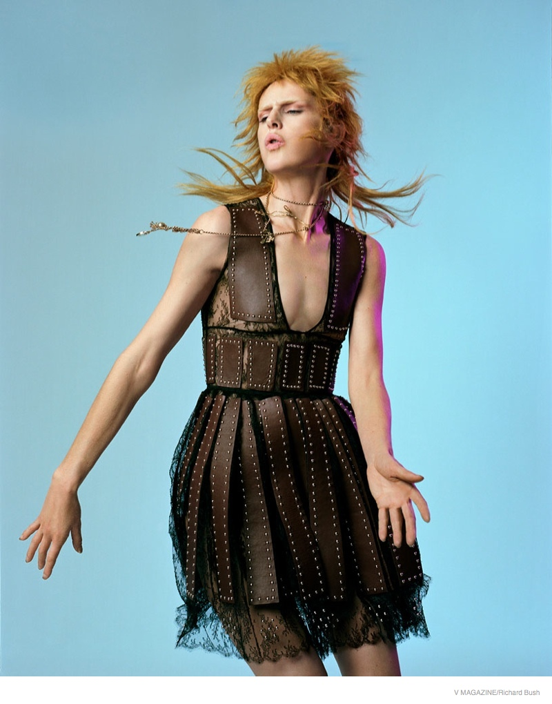 Sporty a shaggy blonde hairstyle, Stella Tennant evokes glam rock style.