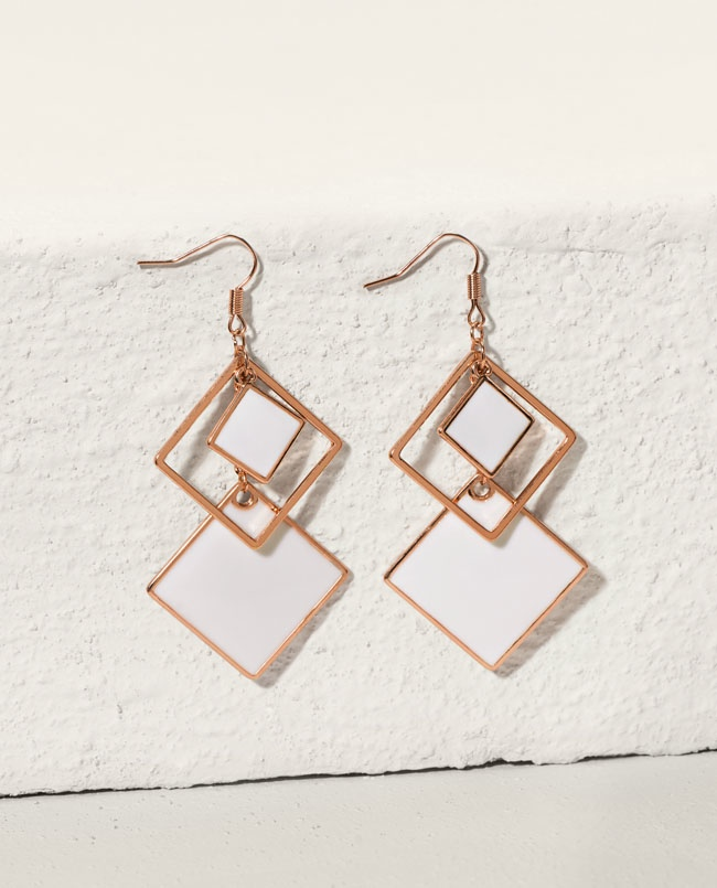 These drop earrings feature a modern diamond shape