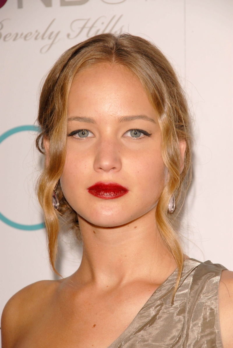 In 2009, while promoting 'Burning Plain', Jennifer goes for wavy and messy updo with a middle part. Photo: Shutterstock.com