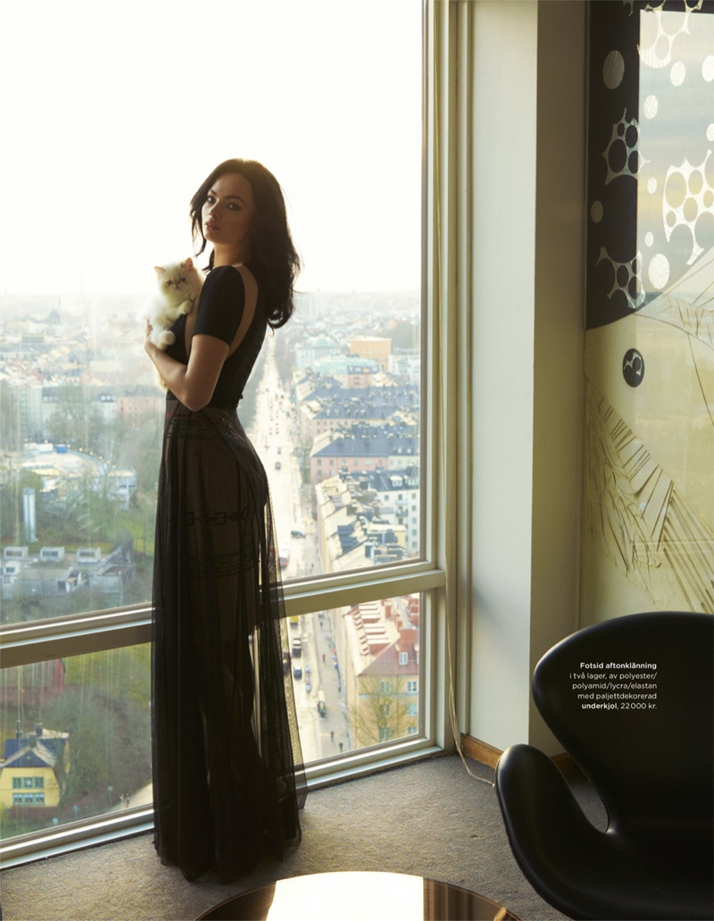 Chic Cat Lady Alert: Moa Aberg & Her Fluffy Friends for DV Mode