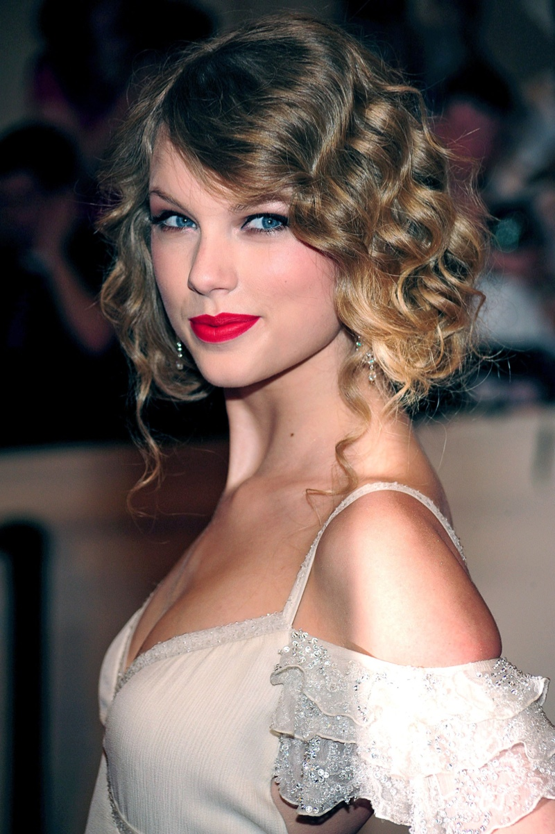 aylor Swift shows off 1930's inspired pinned up waves at an event. Photo: Everett Collection / Shutterstock.com