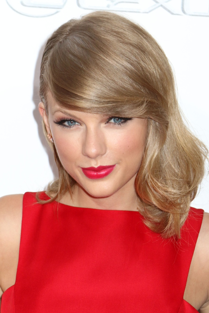 Taylor matches her red dress with a similarly colored lipstick at 'The Giver' premiere in 2014. Photo: JStone/Shutterstock.com