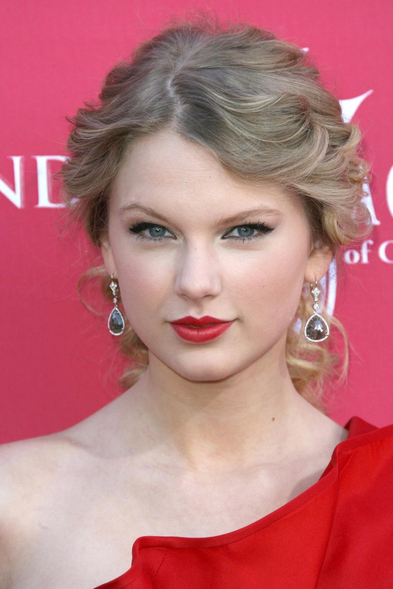 When she still was a country singer, Taylor still loved red lipstick. Here she is at the CMAs in 2009 wearing a scarlet lip. Photo: s_buckley/Shutterstock.com