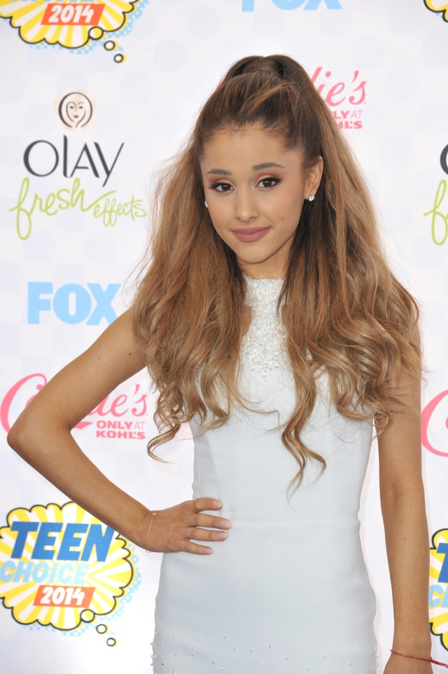 Ariana Grande Gets New Ink, See Her Crescent Moon Tattoo