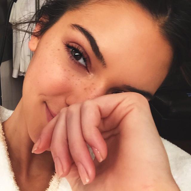 Kendall Jenner flaunts her freckles in Instagram image. The model also wears minimal makeup.