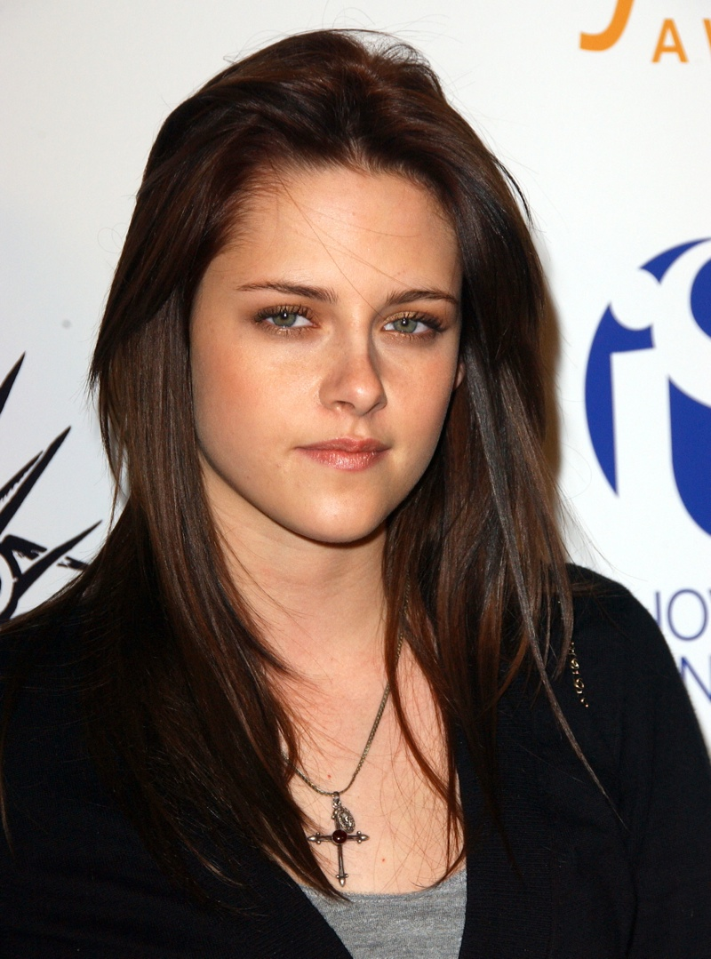 In 2007, Kristen appeared on the red carpet again, this time with a sleek and polished dark brown hair.