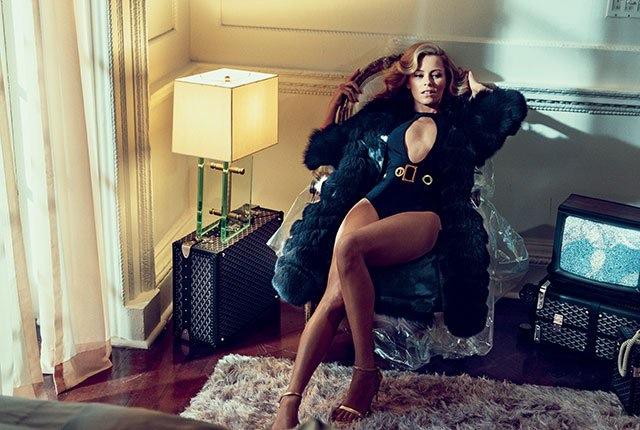 Elizabeth Banks seduces in a black bodysuit