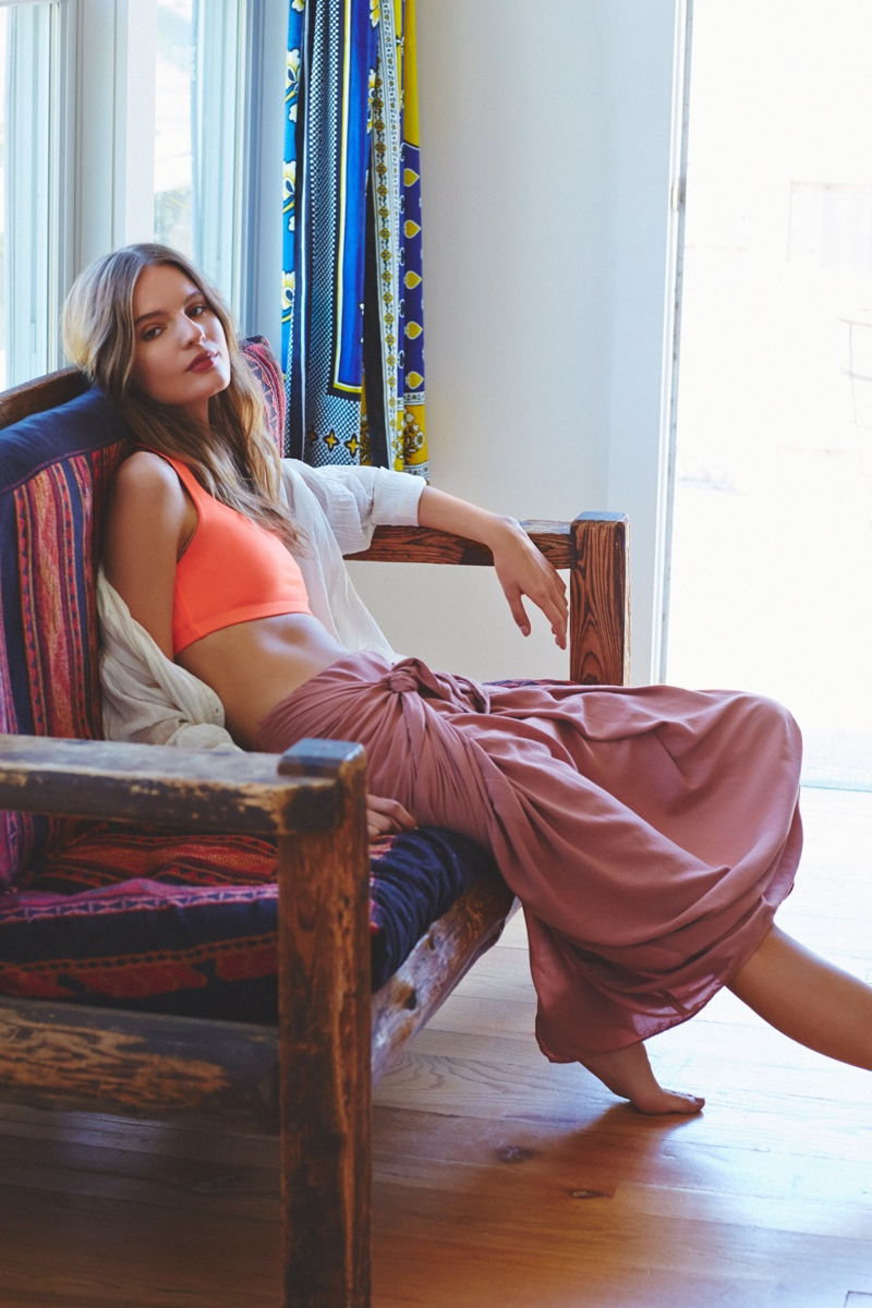 A sports bra paired with a long skirt makes a statement
