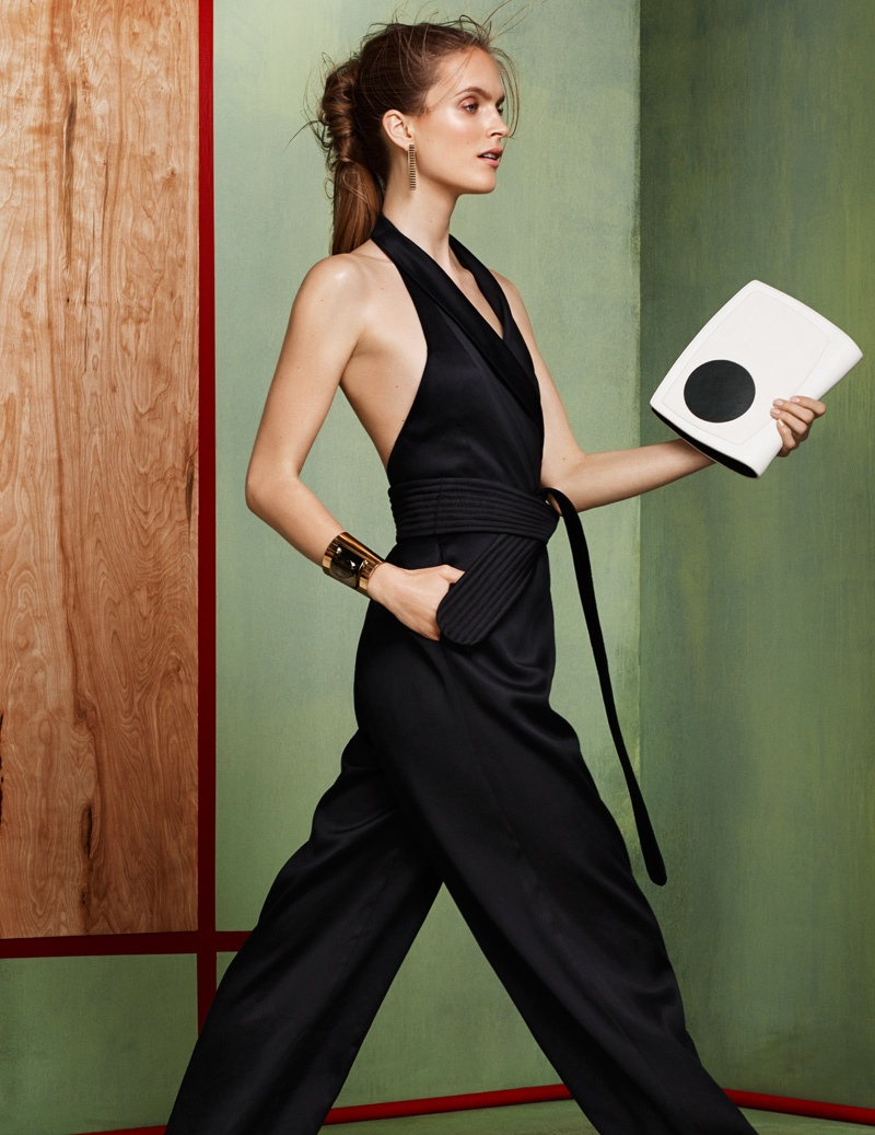 Mirte sports a loose-fitting jumpsuit in black with a statement bag