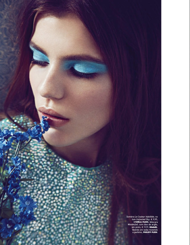 The model wears blue makeup in the feature