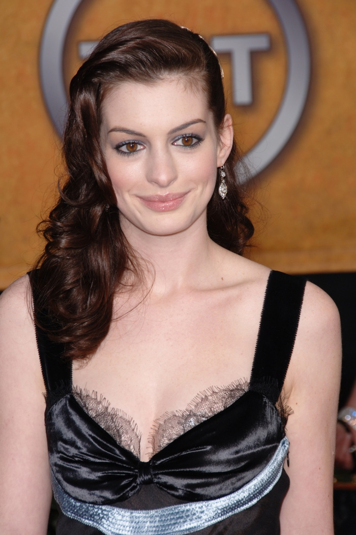 The actress showcases a retro inspired hairstyle full of waves at the 2006 Screen Actors Guild Awards. Photo: Featureflash / Shutterstock.com
