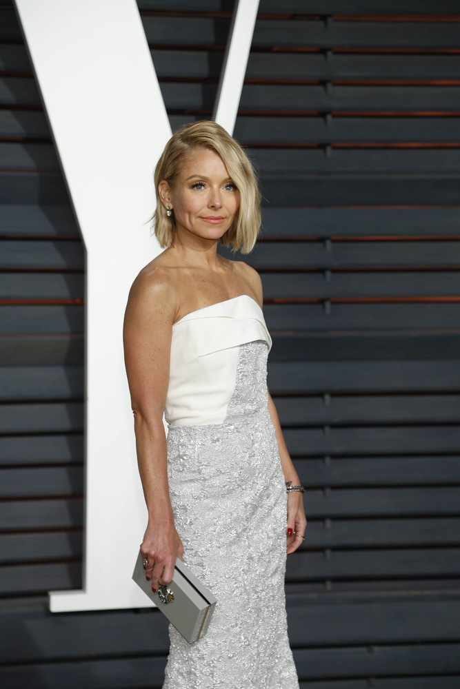 Kelly Ripa Dyes Her Hair Pink – See the New 'Do