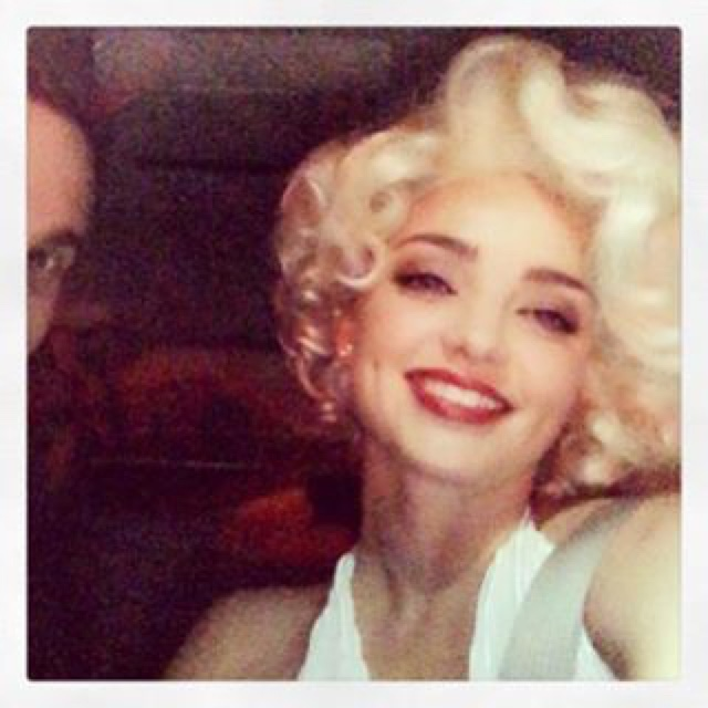 Miranda wears a short blonde wig inspired by Marilyn Monroe