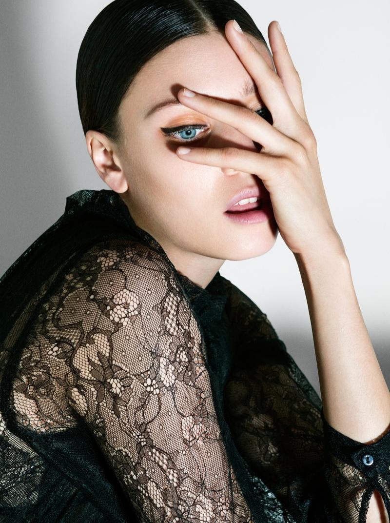 Diana-Molodovan-Harpers-Bazaar-Romania-November-2015-Cover-Editorial05