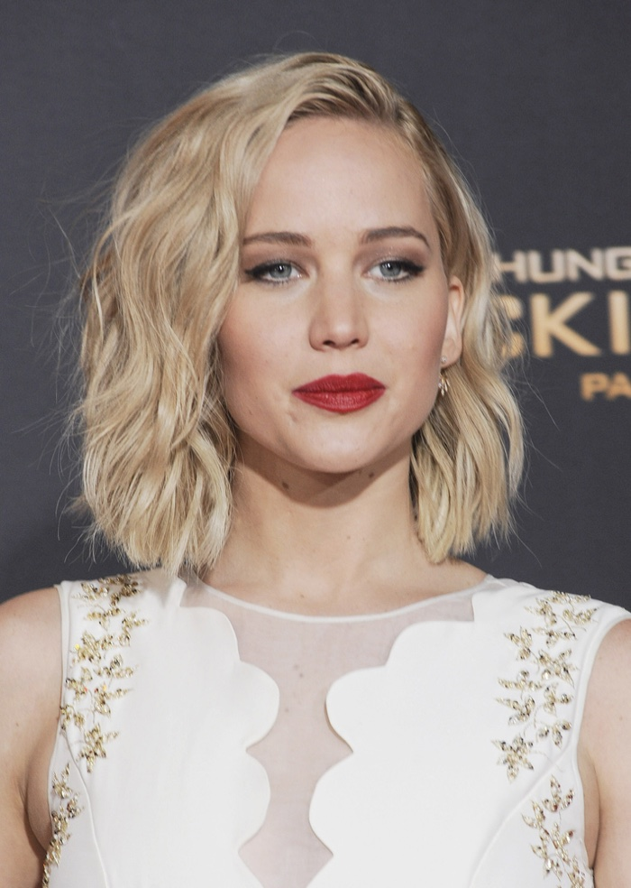 Actress Jennifer Lawrence shows a pop of red lip color at The Hunger Games: Mocking Jay - Part 2 premiere in LA. Photo: Tinseltown / Shutterstock.com