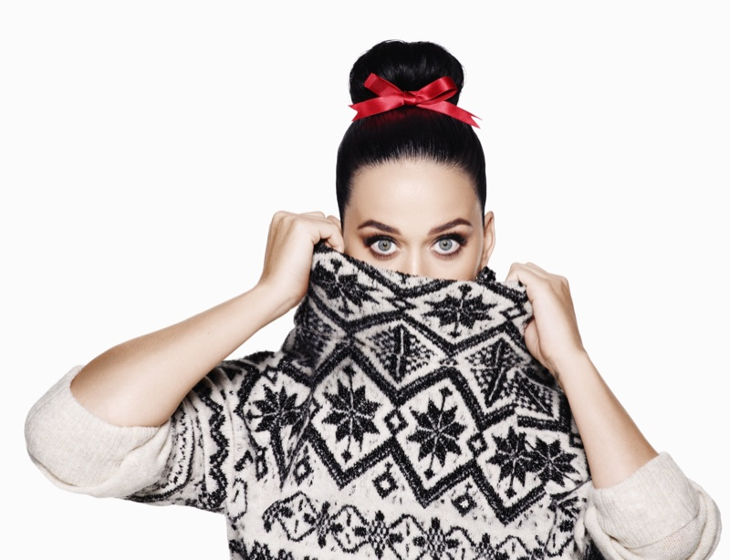 Katy gets cozy in a H&M sweater