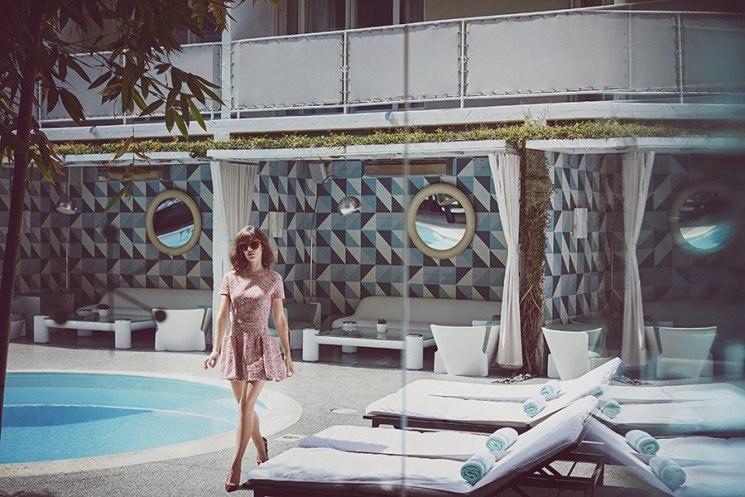 Lizzy-Caplan-Malibu-Magazne-November-2015-Cover-Pictures03