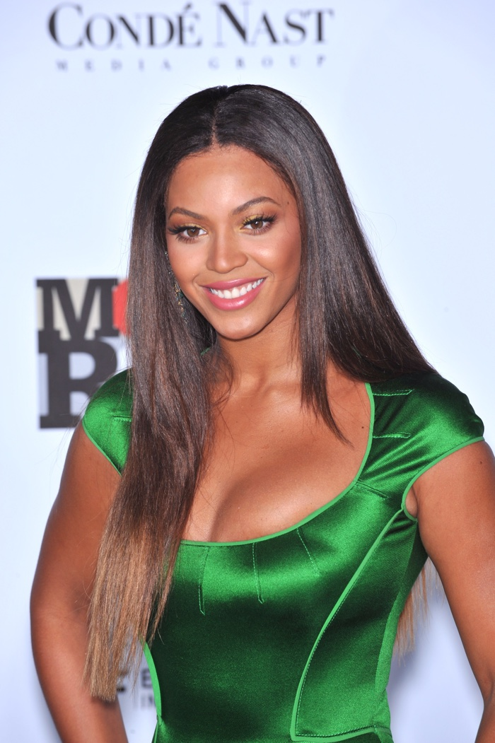 Beyonce shows off a straight, dark brown hairstyle with lightened ends at 2007 event. Photo: Featureflash / Shutterstock.com