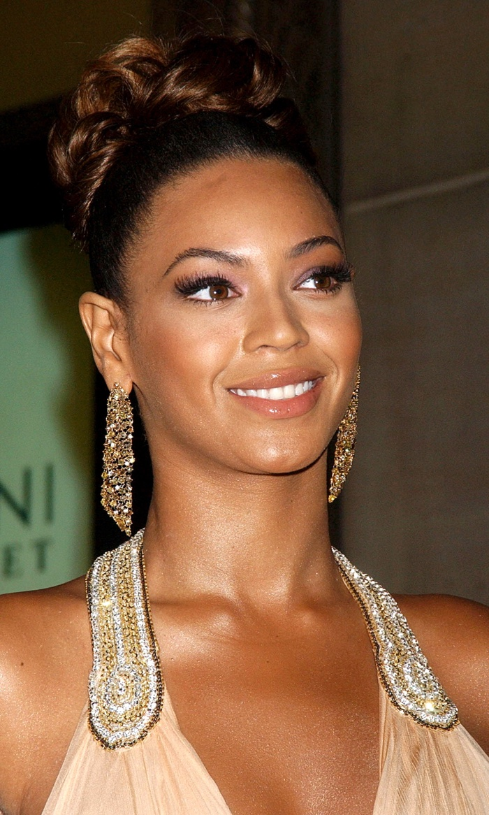 Beyonce sports a dark brown topknot bun at 2007 event. Photo: Everett Collection / Shutterstock.com