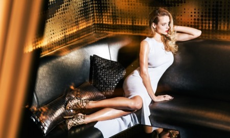 LOUNGE IN STYLE: Hannah flaunts her leggs in a white dress and metallic heels