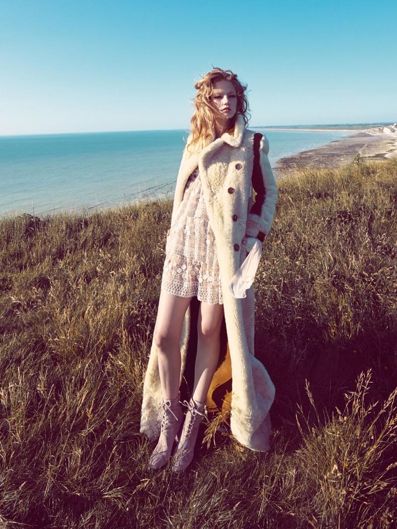 Hollie-May-Saker-Vogue-China-December-2015-Editorial07