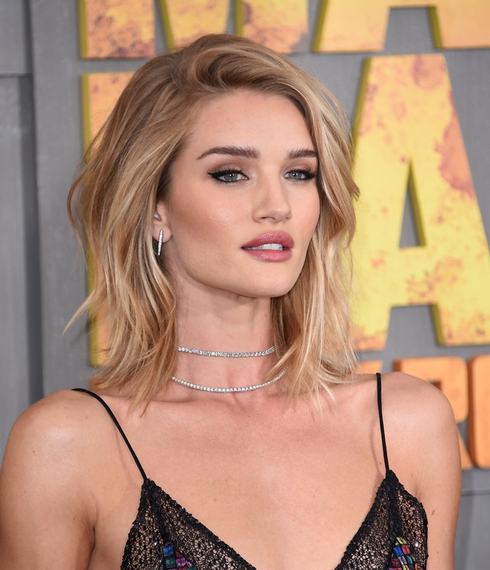 Rosie Huntington-Whiteley wears a shaggy medium-length hairstyle with side part. Photo: DFree / Shutterstock.com