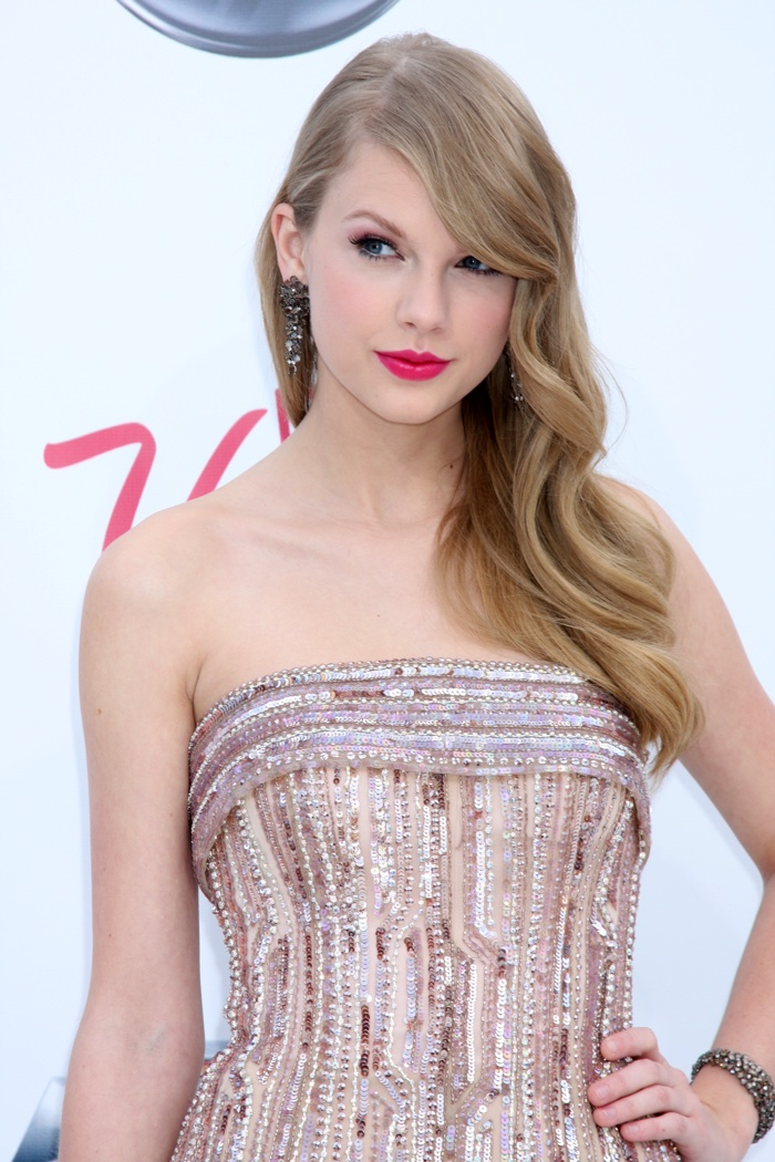 Taylor Swift showed off some polished glamour at the 2010 Billboard Music Awards. She wore her hair in sleek waves with a dramatic side part. Photo: Helga Esteb / Shutterstock.com