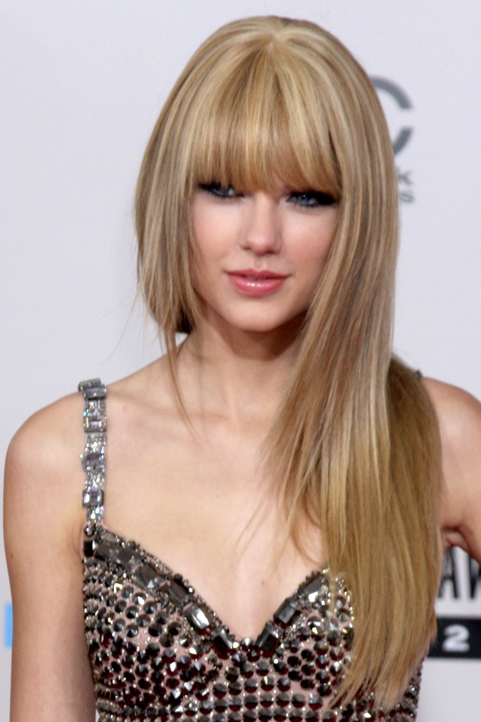 Around the fall of 2010, Taylor debuted blunt bangs. Here she is as the American Music Awards wearing a long and straight hairstyle with her fringe. Photo: Helga Esteb / Shutterstock.com
