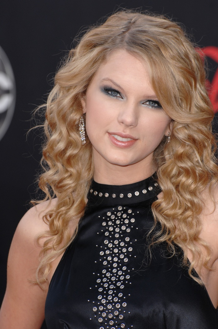 In 2007, Taylor Swift was a fresh face on the scene. Here she is wearing a youthful and wavy hairstyle with a side part. Photo: Featureflash / Shutterstock.com