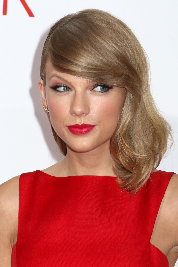 In 2014, Taylor showed off her new short hair. Here she is with a side part and bangs. Photo: JStone / Shutterstock.com