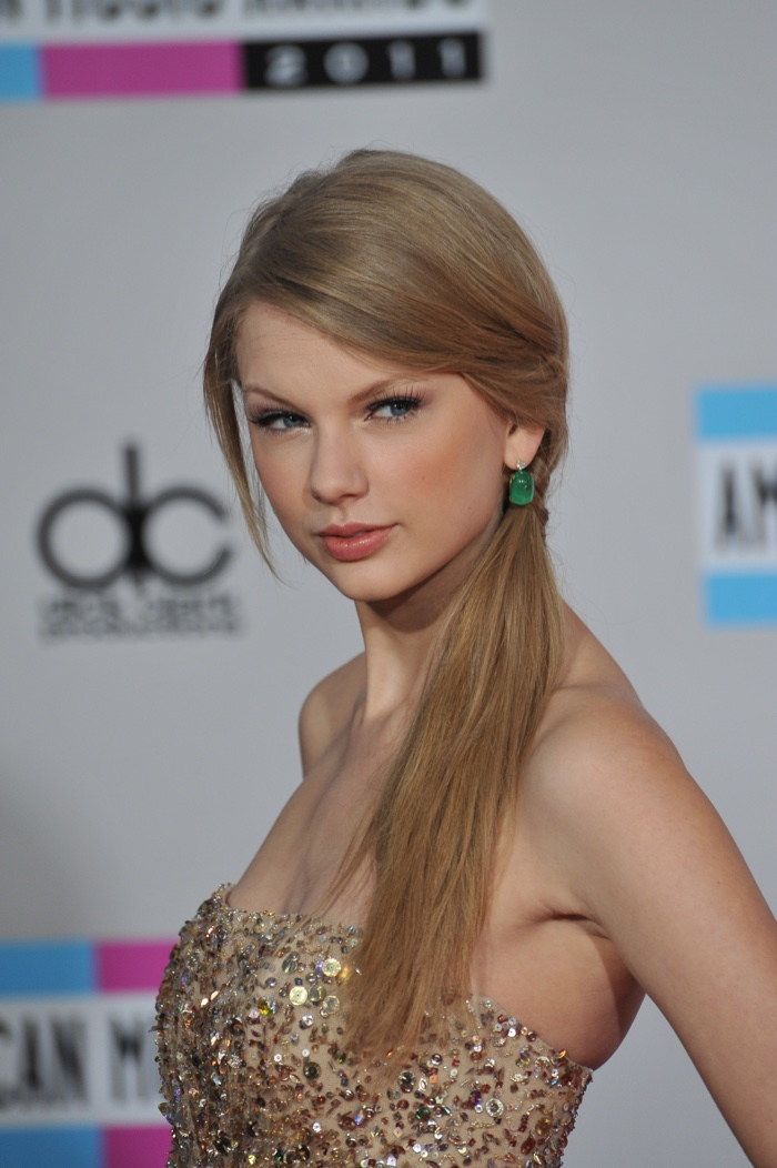 Taylor Swift wears a long and straight ponytail parted to the side in 2011. Photo: Jaguar PS / Shutterstock.com