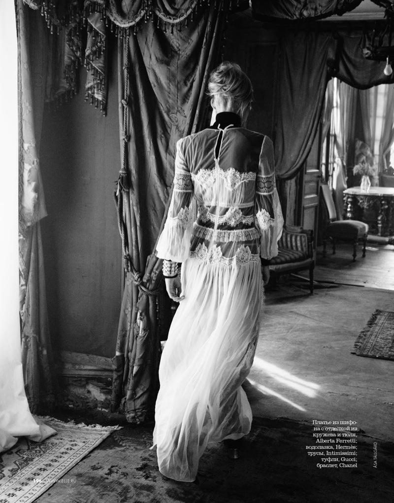 Valentina-Zelyaeva-ELLE-Russia-December-2015-Cover-Editorial06