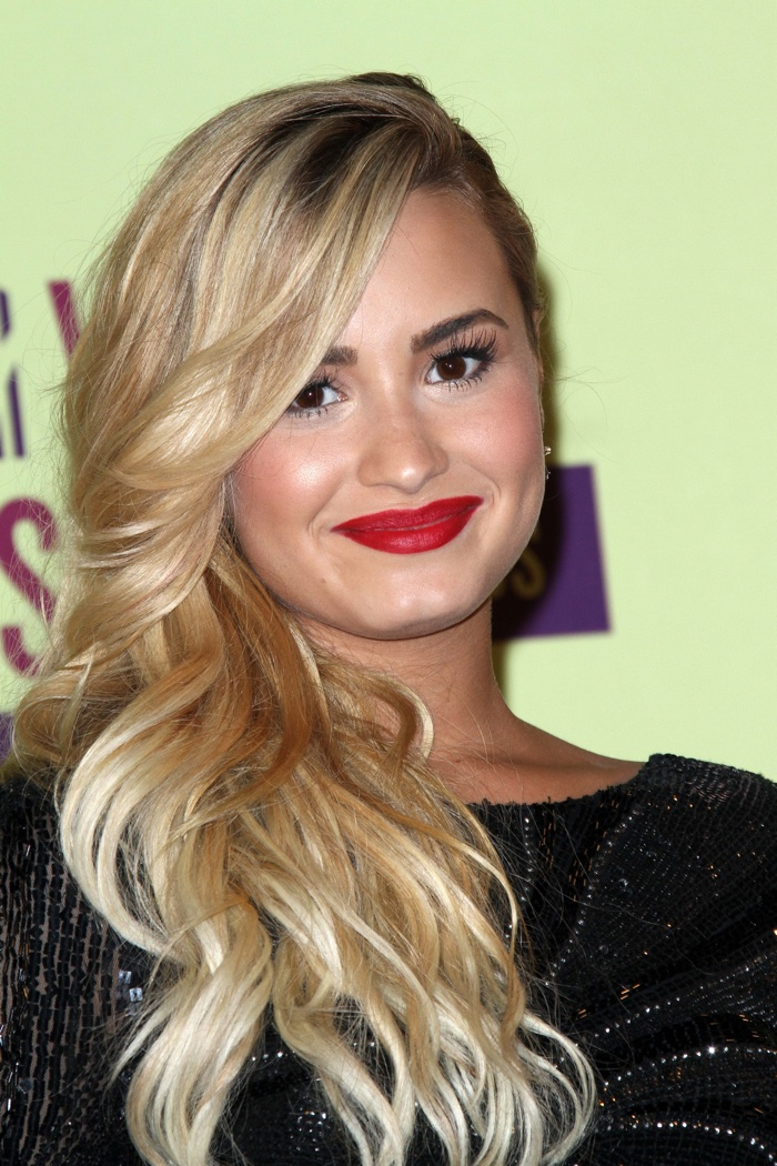 Demi-Lovato-Long-Blonde-Hair-Waves