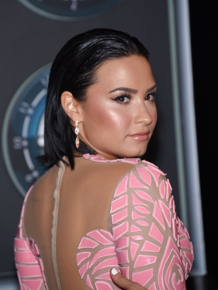 Stepping out at the 2015 Video Music Awards, Demi Lovato wore her hair short as a brunette. Photo: DFree / Shutterstock.com