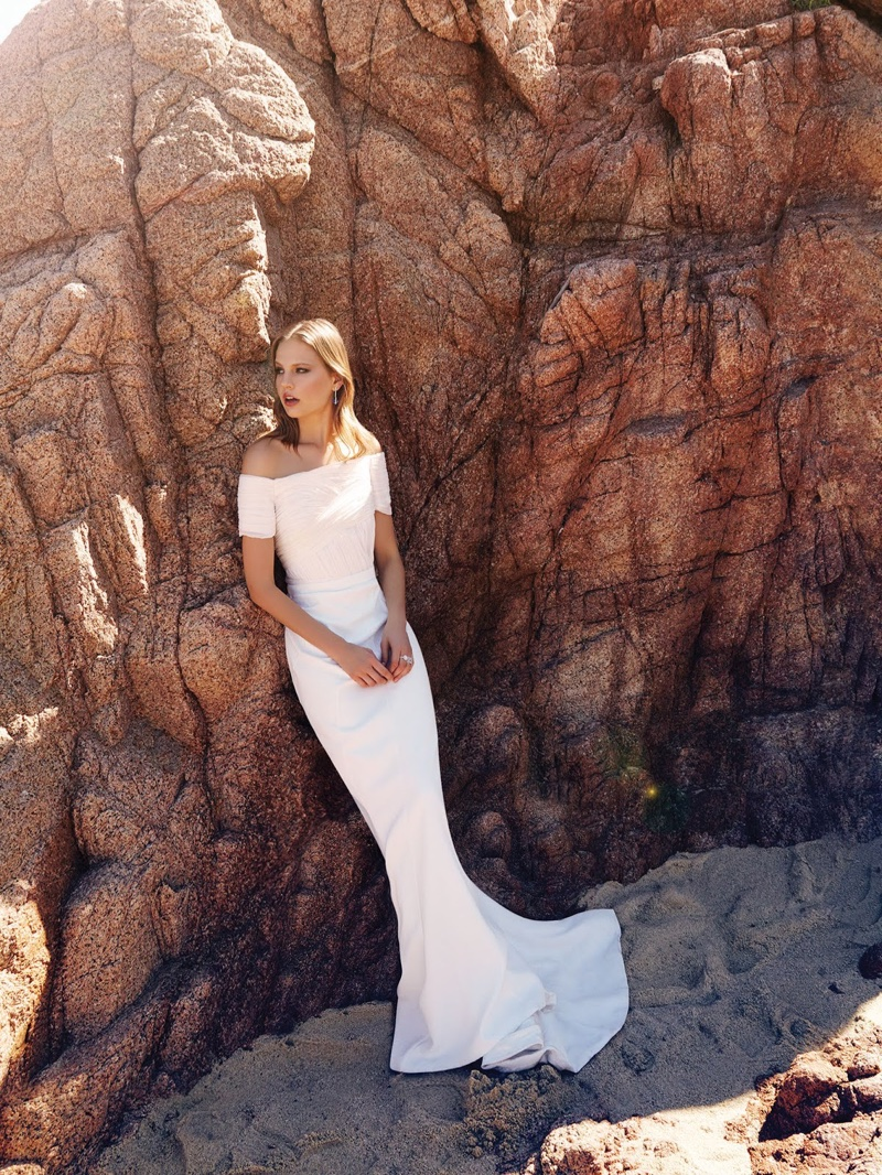 Elisabeth wears a white gown with a mermaid silhouette