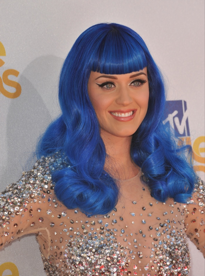 Katy Perry wears a playful blue and curly wig with blunt bangs at the 2010 MTV Movie Awards. Photo: Jaguar PS / Shutterstock.com