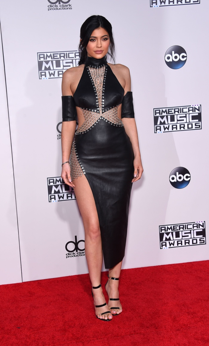 Kylie Jenner Black Leather Chainmail Bryan Hearns Dress AMAs 2015 10 vezes que Kylie Jenner arrasou com o preto