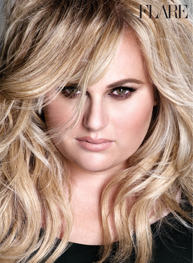 Rebel Wilson wears a wavy hairstyle for FLARE