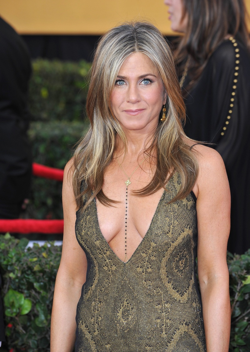 In 2015, Jennifer Aniston walked the red carpet with curled ends and a ... Jennifer Aniston