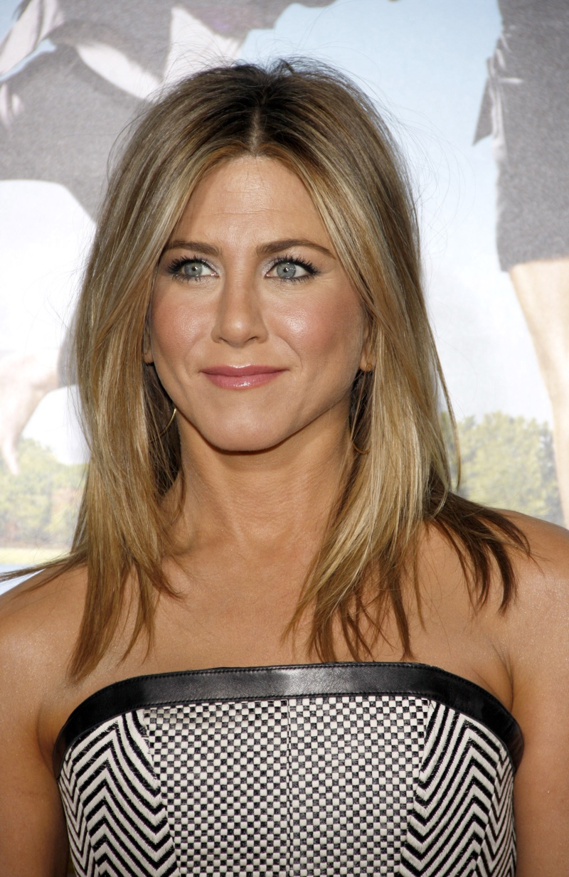 Medium length brown hairstyle with blonde highlights worn by Jennifer Aniston.