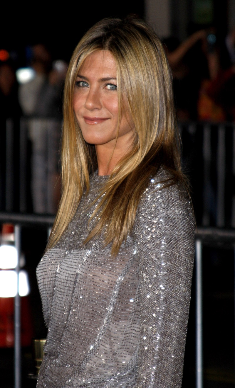 In 2009, Jennifer Aniston went for a straight and sleek hairstyle in a dark blonde color. Photo: Tinseltown / Shutterstock.com