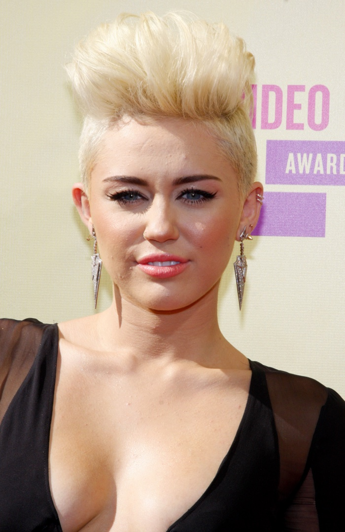 Miley cyrus hairstyles mileys short long hair miley cyrus debuted a short platinum blonde haircut shaped like a mohawk urmus Gallery