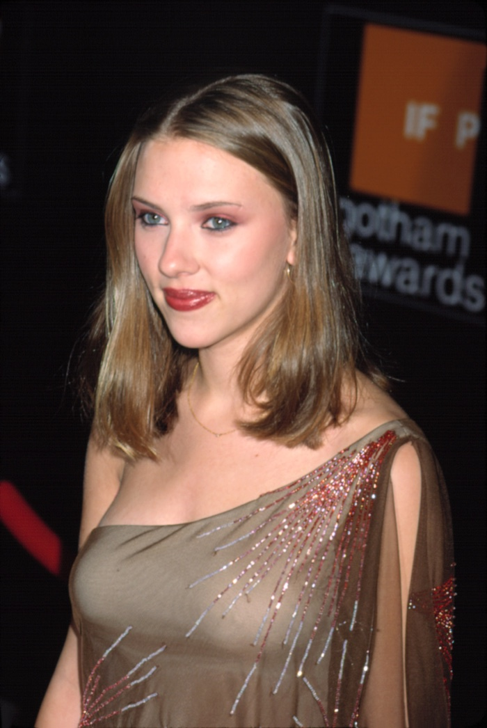 As a fresh face on the scene in 2001, Scarlett Johansson showed off a straight and light brown medium-length hairstyle at an event. Photo: Everett Collection / Shutterstock.com