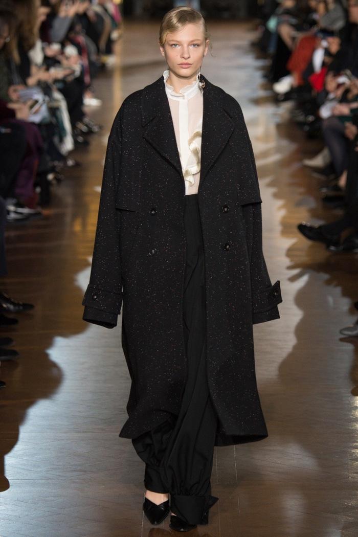 model walks the runway at Stella McCartney's fall-winter 2016 show ...