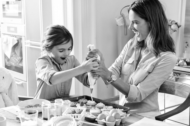 Making cupcakes with her daughter Anja, model Alessandra Ambrosio is all smiles